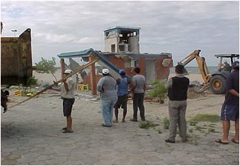 Construção irregular em APP, junto a Laguna dos Patos (Pelotas/RS), demolido em 2001, por ação do governo local